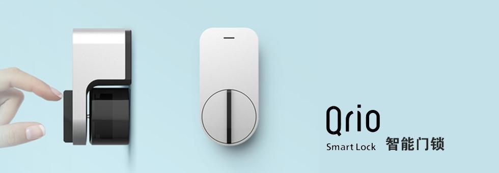 【产品简介】 索尼Qrio 智能门锁是一款小巧的智能门锁,它可以让你家的旧门锁变得智能化。索尼Qrio 可以轻松地使用手机APP开关键将其打开或关闭,并且允许用户通过他们的手机短信,邮件,社交软件等方式分享密钥给朋友和家人方便开门。它可以轻松地被安装在门上,并无需借助任何工具。为了安装的门不损坏,只需要使用粘合片将它固定在门的内侧上,粘合片强度以足以承受日常使用。索尼Qrio 智能门锁尽体积很小采用了铝合金材质和中性的简约设计以便可以向绝大多数类型的门锁进行安装。索尼Qrio 使用低功耗蓝牙 4.